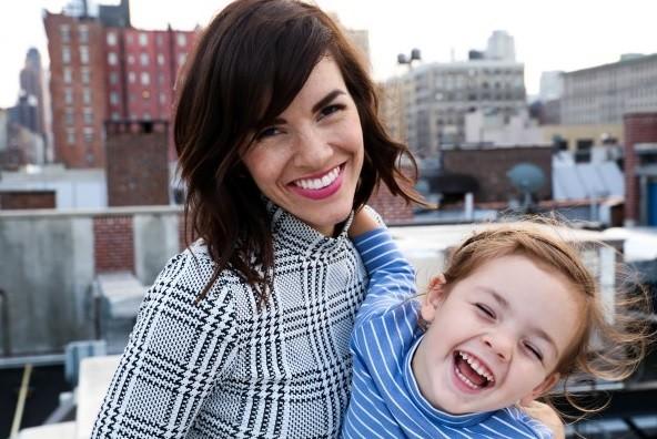 улыбающаяся мама с ребенком, фото