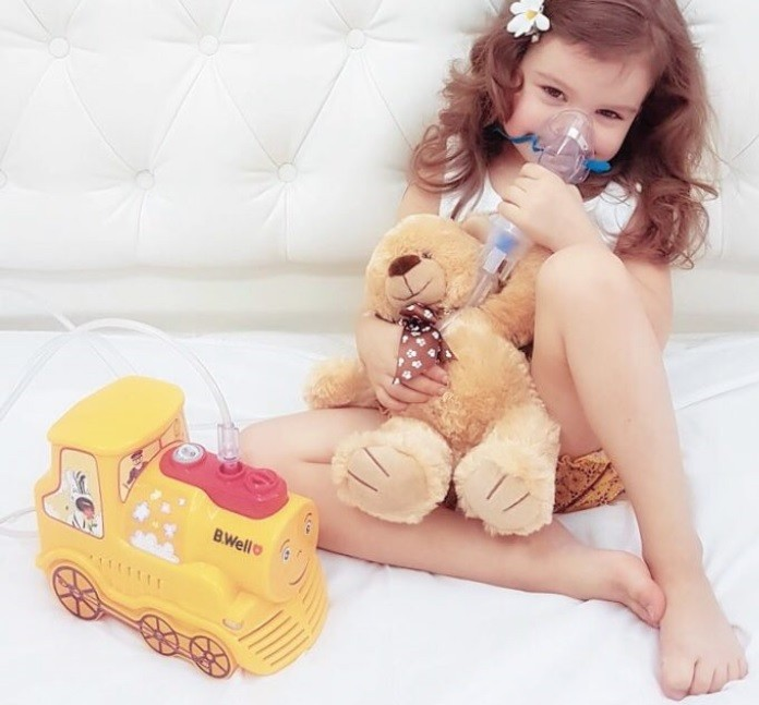 фото ребенка, проводящего ингаляцию прибором B.Well PRO-115