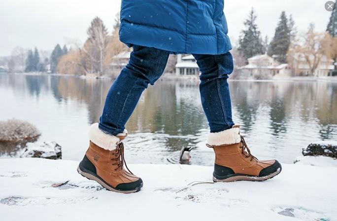 фото идущего в ботинках человека