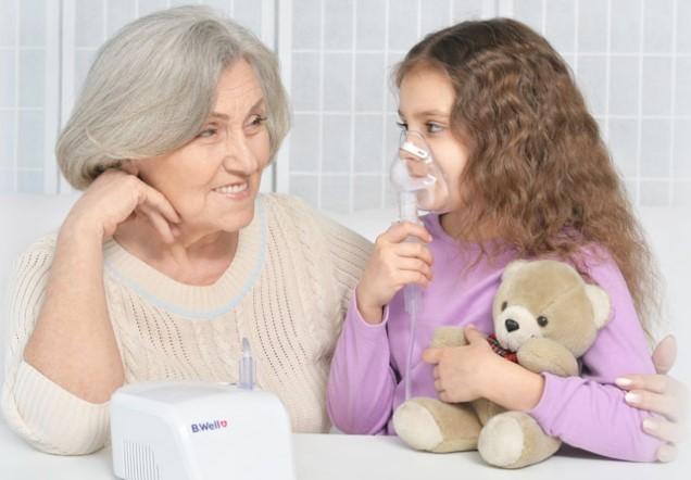 фото ребенок с бабушкой проводят ингаляцию