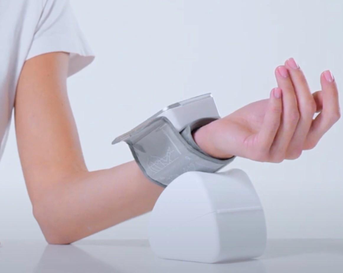 Как правильно держать руку при измерении артериального завления запястным тонометром фото